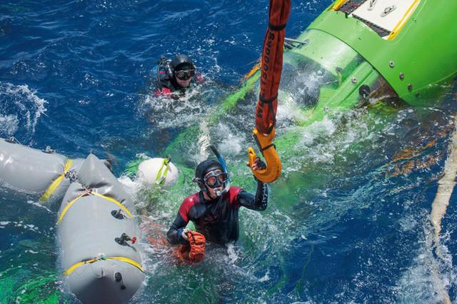 Deepsea Challenger đang nổi bập bềnh trên mặt biển