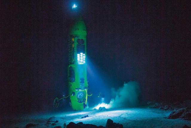 Một bảng đèn LED đang chiếu sáng dưới đáy biển trong một chuyến lặn thử nghiệm ở Ulithi Atoll.