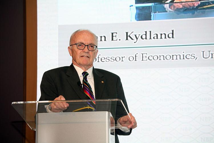 GS Finn E. Kydland thuyết trình tại Việt Nam năm 2016.