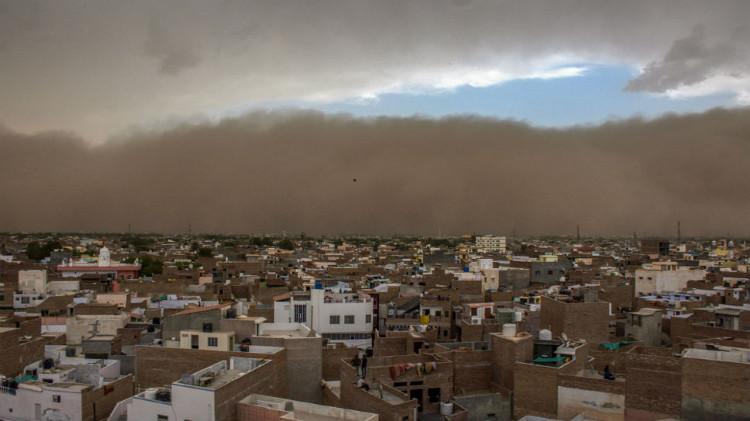 Bão cát bất chợt đến khiến người dân Ấn Độ không chuẩn bị kịp.