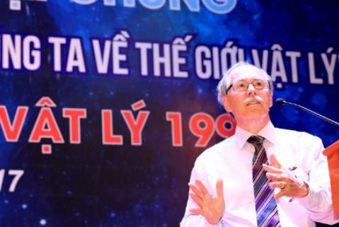 Giáo sư Gerard 't Hooft thuyết trình tại ĐH Quốc gia Hà Nội năm 2017.