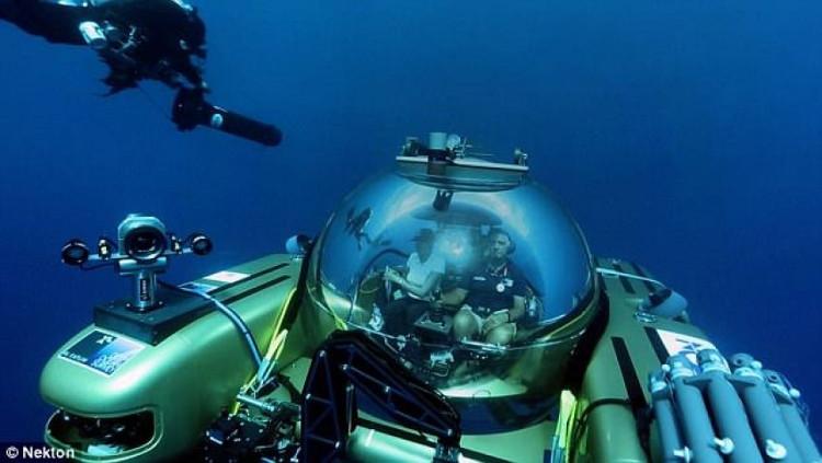 Các nhà khoa học Anh bên trong phương tiện thăm dò đại dương ở độ sâu 2.000m.