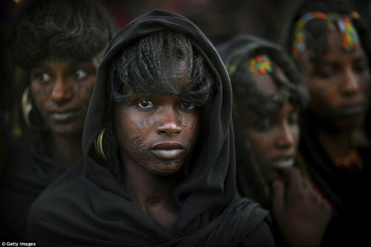 Các cô gái chưa lập gia đình ở Wodaabe được phép quan hệ tình dục bất cứ khi nào và với bất cứ ai họ muốn.