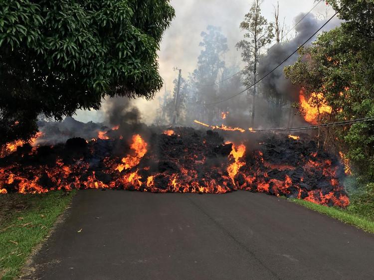 Dung nham của núi lửa Kilauea tràn ra phố Hawaii.