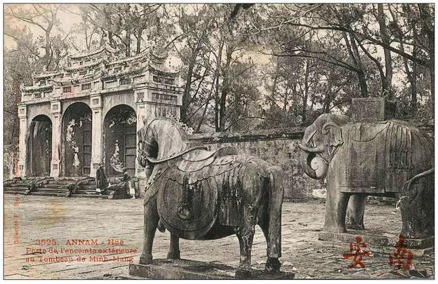 Trong xã hội phong kiến, voi rất được coi trọng, tạc tượng tại các lăng mộ.