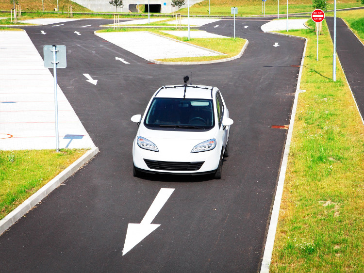 Chiếc xe được trang bị MapLite sử dụng kết hợp dữ liệu GPS và cảm biến để điều hướng đường.