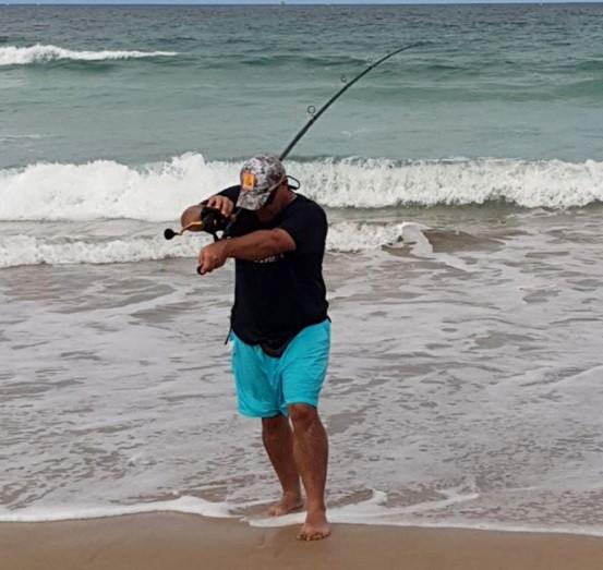 Wayne vất vả 8 tiếng để bắt con cá đuối.