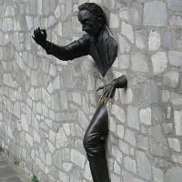 Lý do con người không thể đi xuyên tường