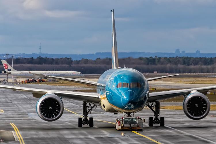 Trên động cơ phản lực, bạn chỉ có thể thấy dấu trôn ốc khi nhìn đối diện với máy bay.