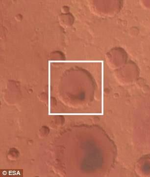 """Miệng núi lửa nhìn từ xa như một lỗ tròn nhỏ, là những gì còn lại của một """"siêu núi lửa"""""""