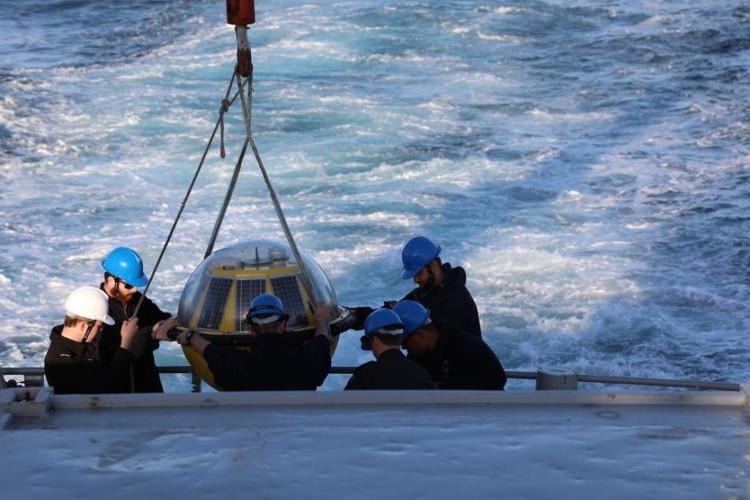 Thiết bị đo thời tiết trên biển.