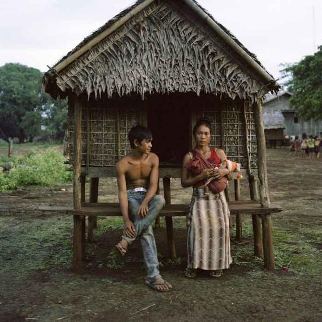 Gaham, 21 tuổi, chụp ảnh cùng chồng con trước căn chòi tình yêu.
