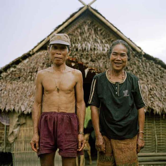 Bà Kampan, 55 tuổi, chụp ảnh cùng chồng.