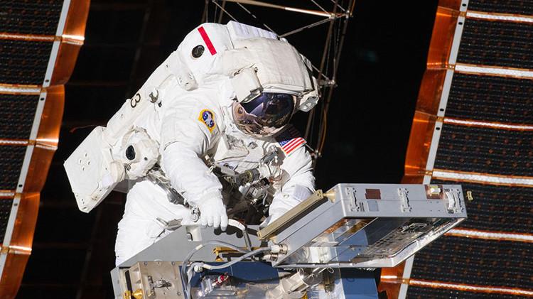 Phi hành gia NASA thực hiện nhiệm vụ ngoài không gian.