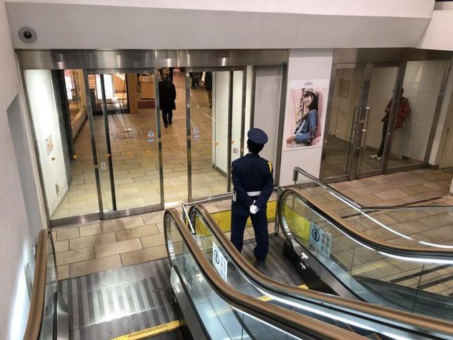 Cử một nhân viên đặc biệt canh gác thang máy bị hỏng