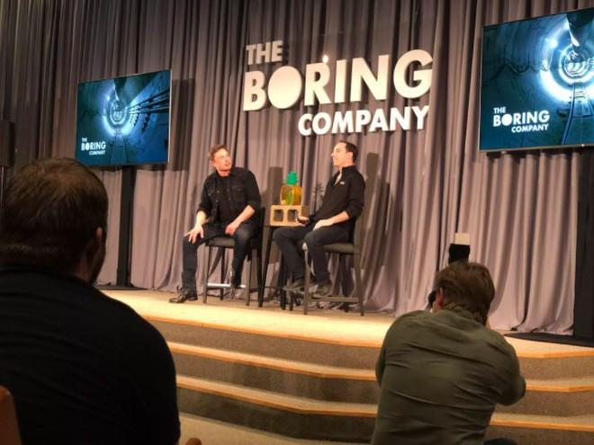 Elon Musk (trái) cùng Steve Davis chia sẻ về dự án đường hầm dưới thành phố Los Angeles.