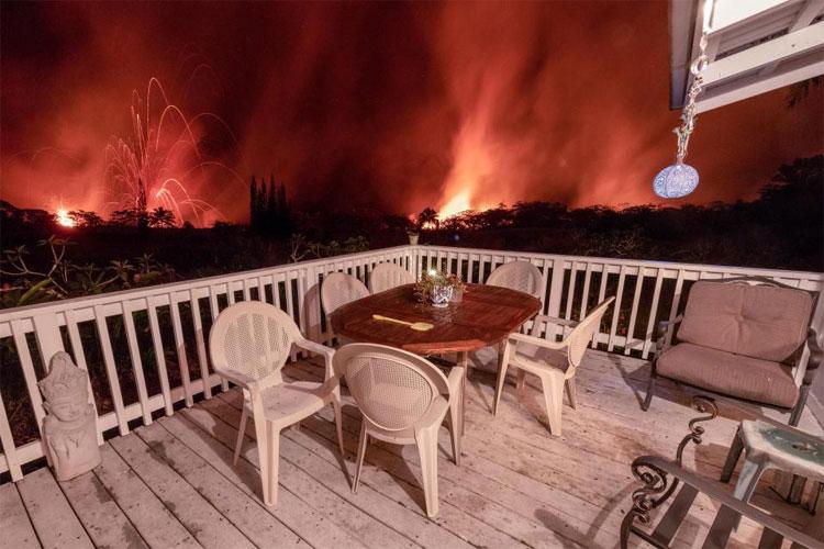 Ảnh chụp cho thấy bầu trời bị nhuộm màu đỏ do dung nham cháy rực.
