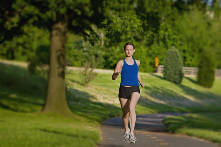 Chạy bộ nửa tiếng vào buổi sáng giúp cơ thể khỏe mạnh.