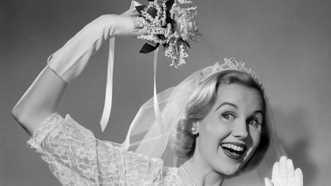 Bó hoa cô dâu được cho là 1 cách che giấu mùi hương có phần bốc mùi.