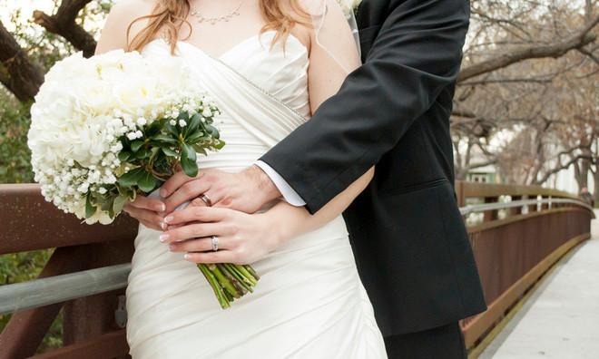 Cô dâu xinh đẹp sẽ lựa chọn cho mình 1 bó hoa cưới để tôn lên vẻ đẹp của mình.