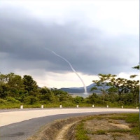"""Video: Vòi rồng """"khủng"""" xoáy giữa lòng hồ ở Quảng Trị gây sửng sốt"""