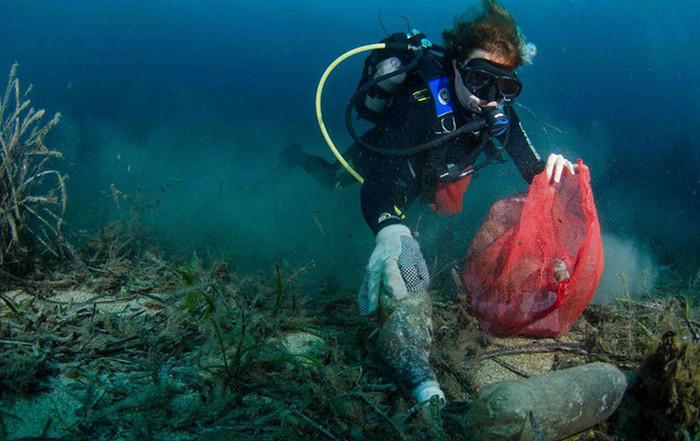 Rác thải nhựa dưới đáy biển