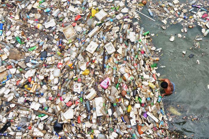 Rác thải tràn ngập một con sông, đa số là rác nhựa