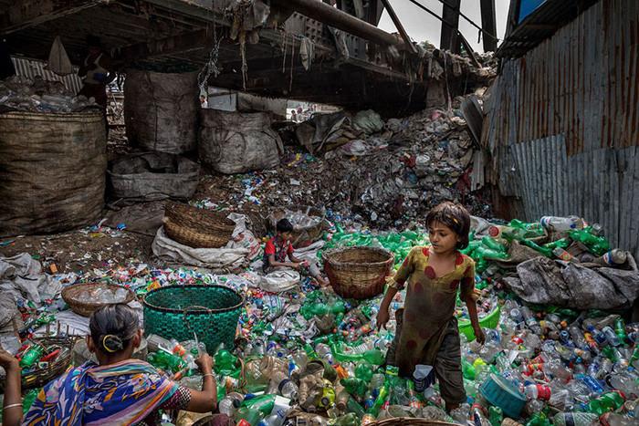 Rác thải nhựa dưới chân một cây cầu bắc qua sông Buriganga, Bangladesh