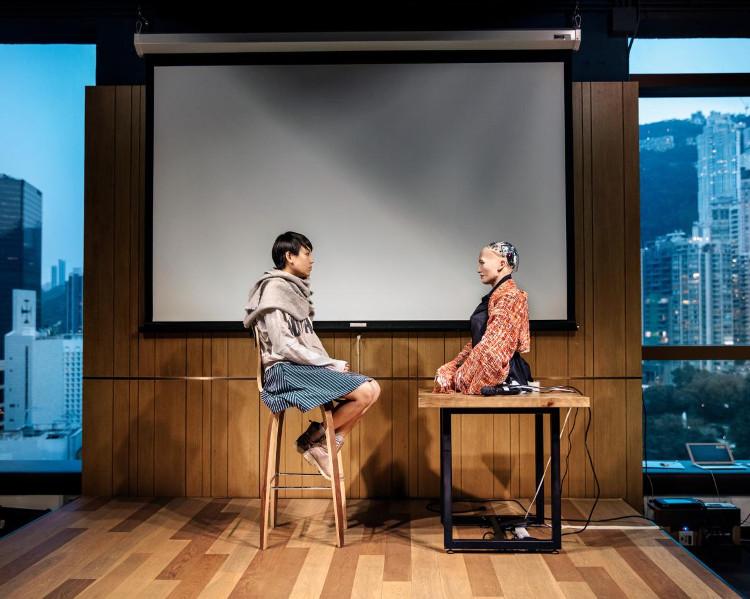Một sinh viên ở Đại học Hong Long tham gia buổi thiền với Sophia.