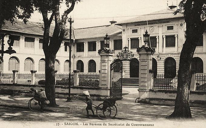 Trong hình là mặt trước của Dinh nhìn từ góc đường Catinat - De Lagrandière đầu thế kỷ XX.