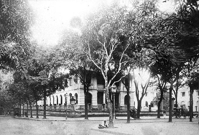 Công trình gồm một dãy nhà chính giữa xoay ra đường Lý Tự Trọng, nối với hai dãy nhà hai bên tạo thành hình chữ U ôm lấy khoảng sân ở giữa.
