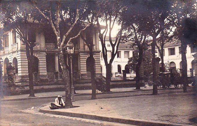Hình ảnh cổng Dinh được in trên bưu thiếp của Pháp.