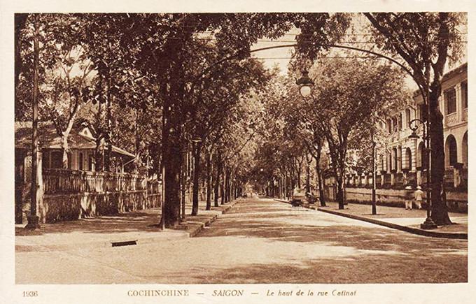 Ngã tư Tự Do - Gia Long được in trên một tấm bưu thiếp và toà Dinh Thượng thơ nằm ở bên phải.