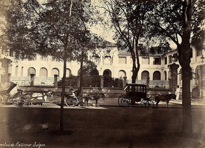 Ảnh chụp phía trước Dinh năm 1885, khi đó xe ngựa là phương tiện đi lại phổ biến.