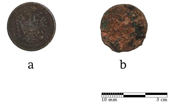 Hai mặt của đồng xu được tìm thấy trong lòng bàn tay đứa trẻ, được lưu hành trong thế kỷ 19.