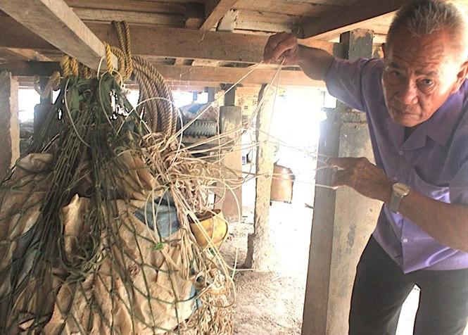 Đã lâu những tấm lưới cá hô này không ướt nước sông Vàm Nao.