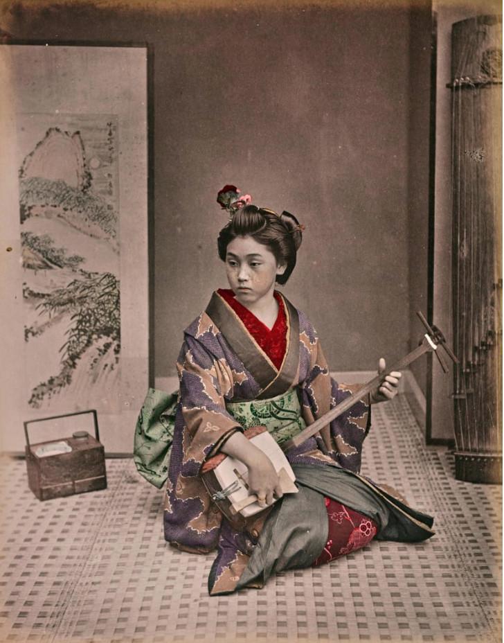 Một geisha đang chơi nhạc cụ truyền thống.
