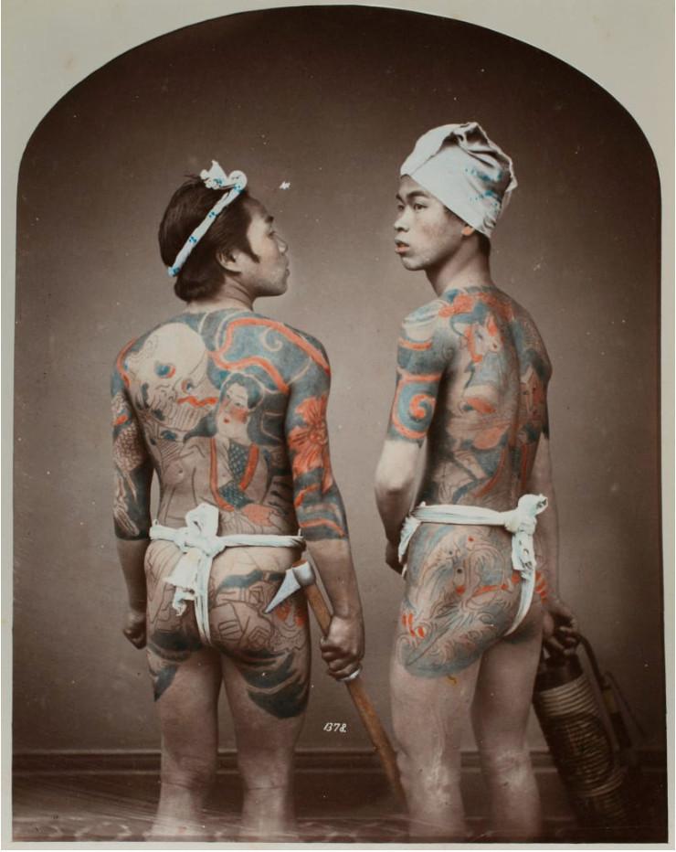 Hai người đàn ông xăm kín lưng