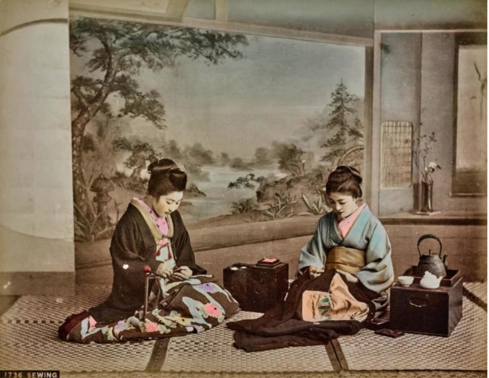 Một bức ảnh cho thấy hai người phụ nữ đang may vá trong khung cảnh truyền thống.