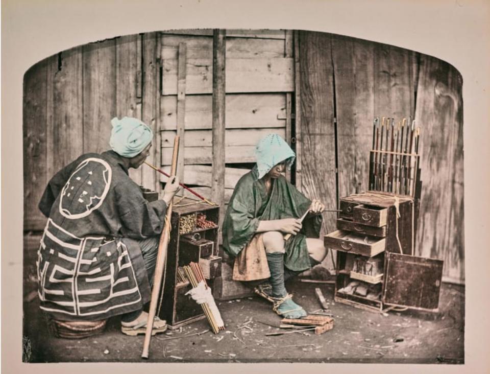"""Một trong những nghề truyền thống được chụp lại từ thế kỷ 19 là nghề làm tẩu thuốc có tên gọi """"kiseru""""."""