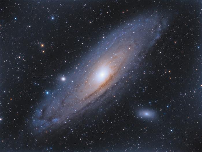 Quan sát vào các thiên hà, ta thấy được chúng đang dịch chuyển ra xa nhau và cho thấy được sự mở rộng của vũ trụ.