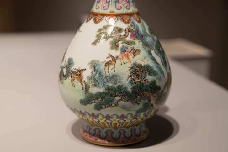 Bình có dấu ấn của triều đại vua Càn Long, người trị vì Trung Quốc từ năm 1736 đến 1795.