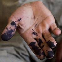 Đi học ai chẳng từng bị mực dính ra tay - kì cọ thế nào cũng khó sạch, vì sao nhỉ?