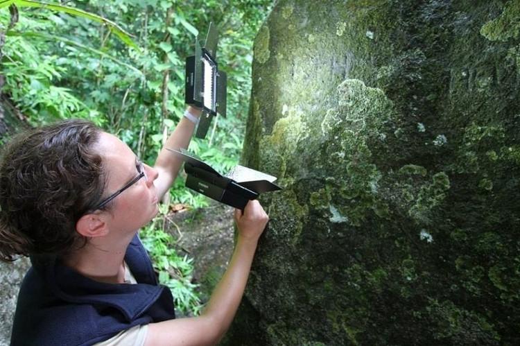 Duivenvoorde và đội của bà đã phát hiện thêm khoảng 40 thông điệp khắc trên đá