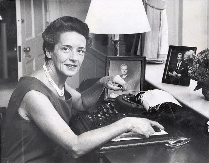 Cô con gái út của mẹ Marie Curie không theo khoa học mà chọn con đường viết lách và hoạt động xã hội.