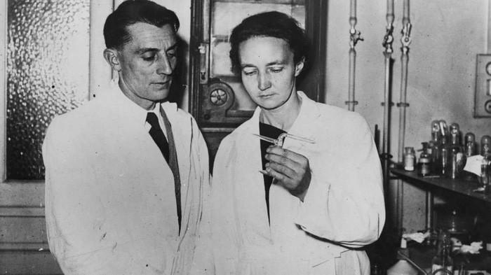 Irène Curie cùng chồng nghiên cứu và giành Nobel, hệt như cha mẹ trước đây.