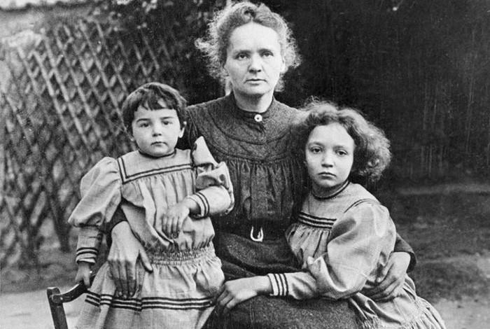 Irène Curie (phải) từ nhỏ đã đam mê khoa học như cha mẹ.