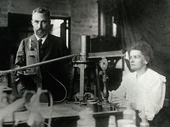 Vợ chồng Marie Curie cùng nhận Nobel Vật lý năm 1903.