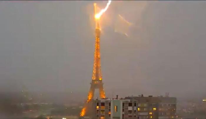 Hình ảnh tháp Eiffel bị sét đánh trúng trong trận bão.