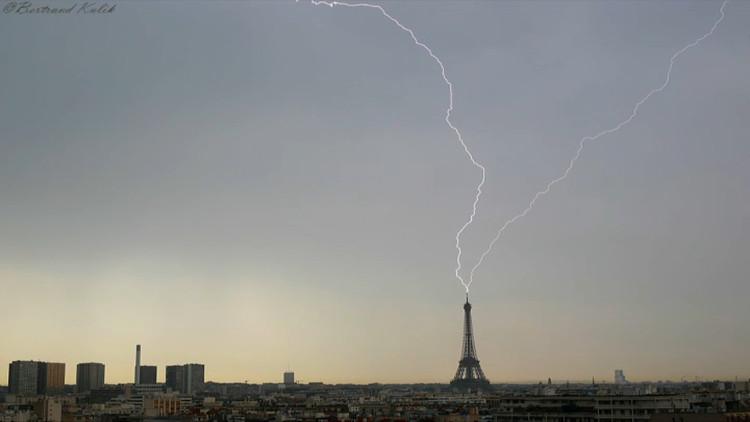Hình ảnh sét đánh trúng tháp Eiffel do người dân địa phương ghi lại.